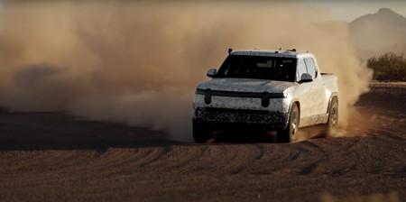 ¡Bestial! La pick-up eléctrica Rivian R1T demuestra sus dotes off-road derrapando y 'escalando' en su Dakar particular