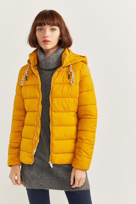 Abrigo con capucha, con cuello alto, con bolsillos en los laterales, con cierre de cremallera.