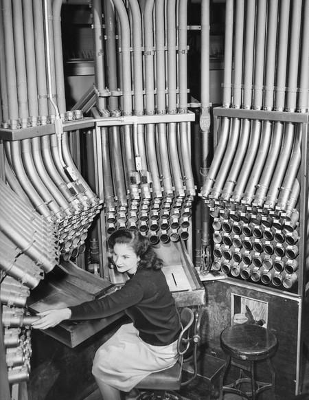 Trabajadora del sistema neumático postal de Praga. Imagen: Atlas Obscura.