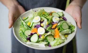 Cinco hábitos de lo más simples que te ayudarán a comer mejor y que puedes adoptar hoy mismo