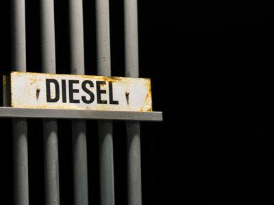 El Gobierno planea subir los impuestos al diésel pero le pasa la pelota a las autonomías