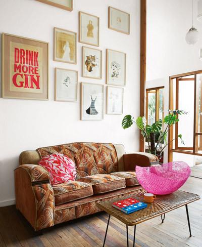Salón con sofá retro
