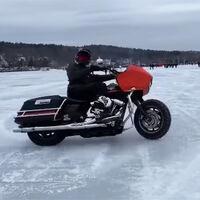 ¡Admirable! Derrapar con una Harley-Davidson sobre un lago de hielo y no romper nada en el intento es posible