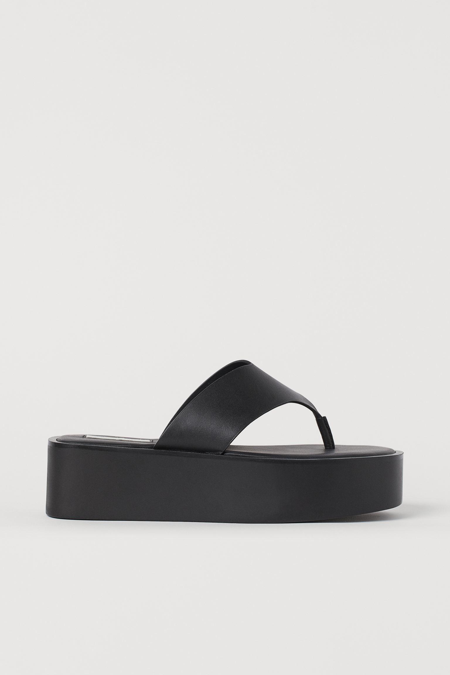 Sandalias de plataforma en piel suave con tira en V en el empeine y tira fina para el dedo. Forro y plantillas de piel.