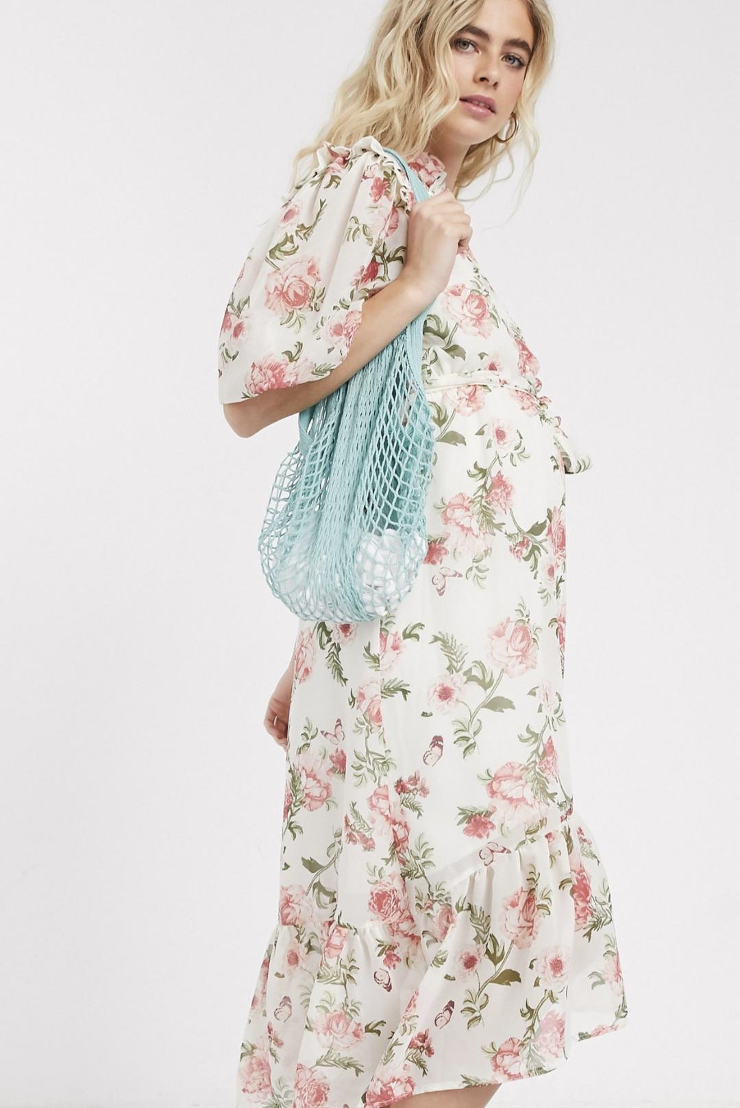 Vestido midi premamá con detalle de volantes y mangas abullonadas con estampado de flores color crema de Queen Bee