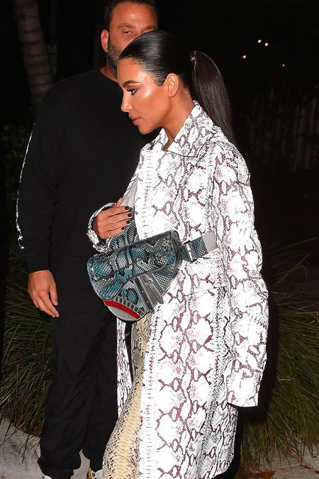 Kim Kardashian da una lección de estilo y tendencias en Miami luciendo un abrigo de la colección masculina de Dior
