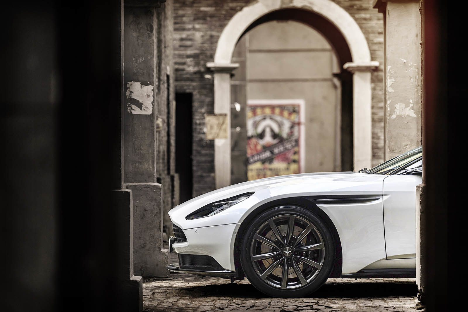 Foto de Aston Martin DB11 V8 (17/21)