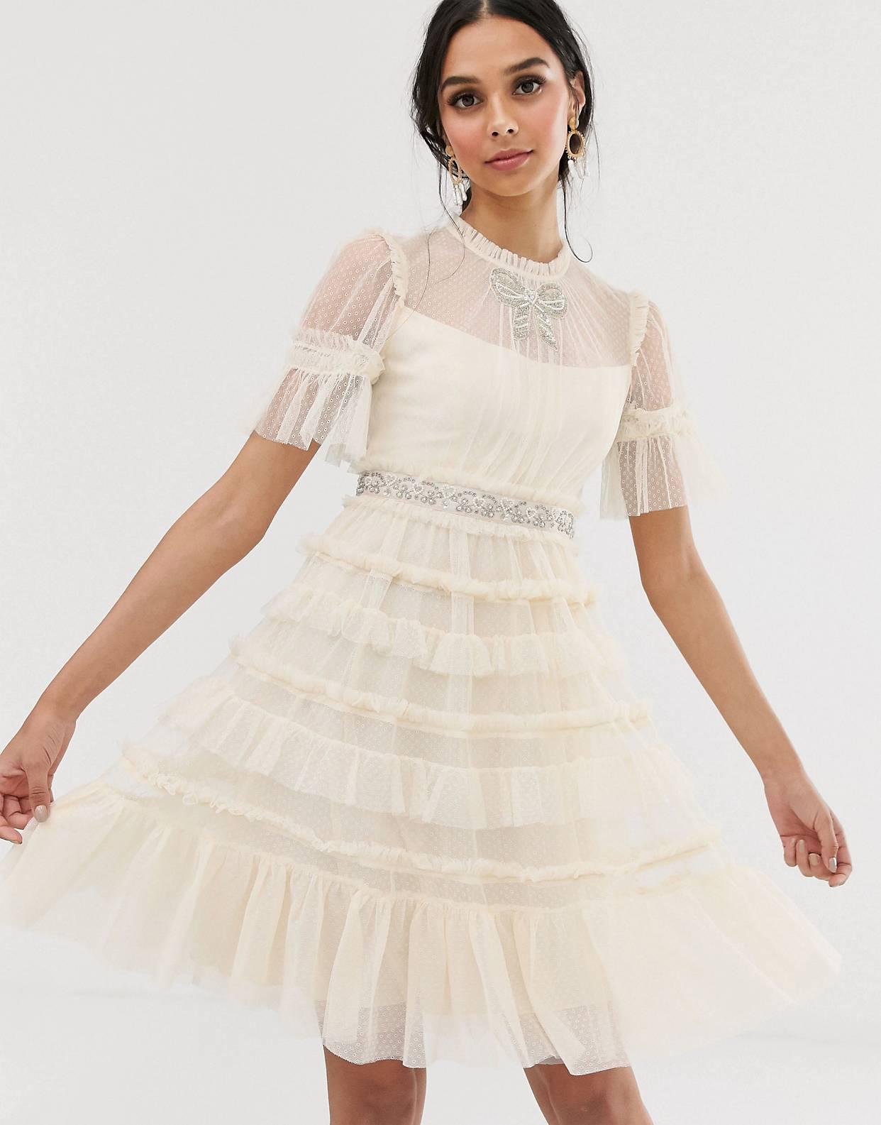 Vestido de novia midi en color crema con lazo y adornos de Needle & Thread