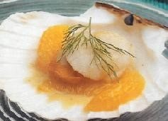 Vieiras con salsa de avellanas y mandarina glaseada