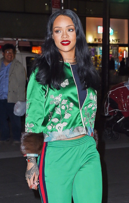 Rihanna estrena chandal deluxe por las calles de Nueva York, en esta ocasión con visón y brocados metálicos
