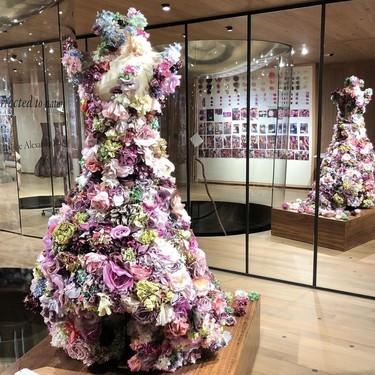 Las rosas de Alexander McQueen inundan Londres con esta exposición de sus vestidos más románticos y espectaculares