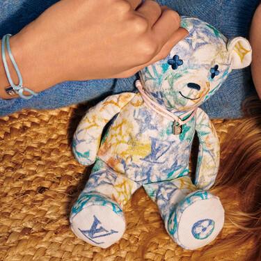 Louis Vuitton crea un osito de peluche y relanza su icónica pulsera candado para su nueva colaboración con Unicef