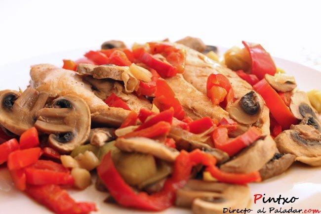 Pollo estofado con pimientos rojos y champiñon. Receta
