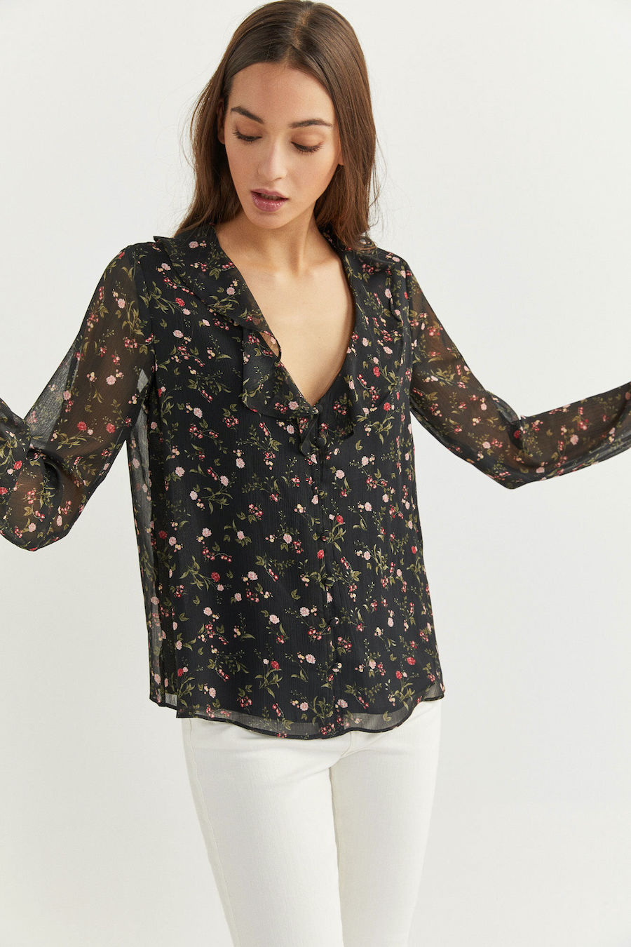 Blusa de manga larga, con escote de pico con detalle de volantes, con botones y estampada.