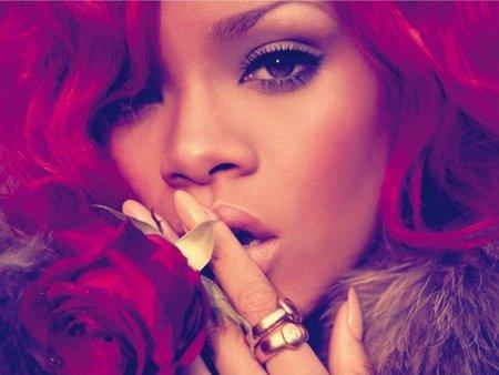 Rihanna se da un baño checo de champán... ¿eso no tiene que picar?