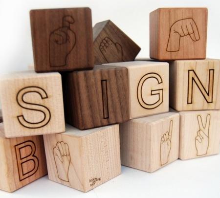 Cubos de madera para enseñar la lengua de signos a los peques