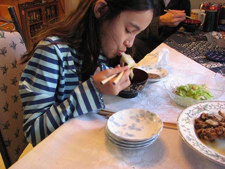 Niña japonesa comiendo