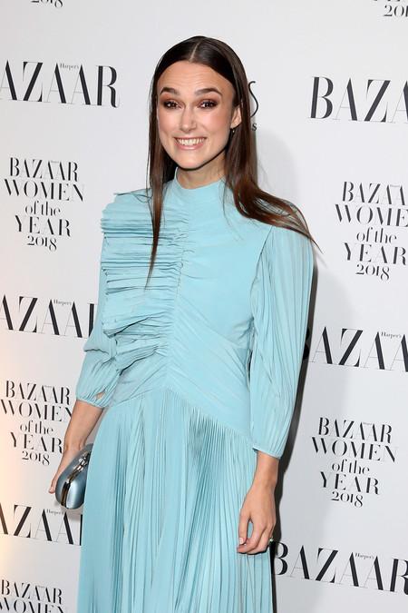 Keira Knightley tiene el vestido de invitada de invierno perfecto y lo ha lucido en los premios Harper's Bazaar en Londres