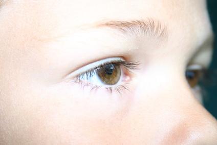 Ejemplo de ceja corta que necesita perfilador