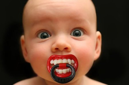 Chupete de vampiro para disfrazar a tu bebé en Halloween
