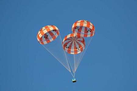 Amazon tiene una patente para resolver un gran problema de la entrega con drones: paquetes en paracaídas