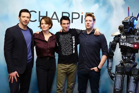 Neill Blomkamp con los protagonistas de Chappie en la premiere