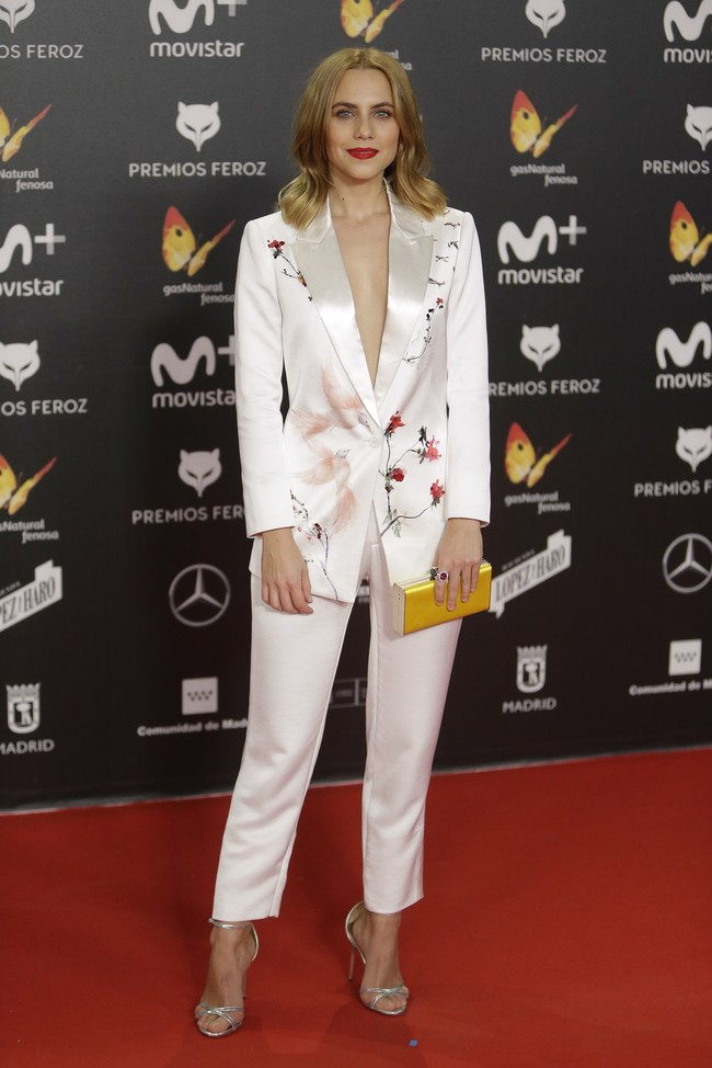 premios feroz alfombra roja look estilismo outfit Aura Garrido