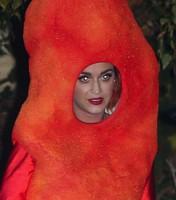 No, no es un gusanito rojo gigante... ¡Es Katy Perry!