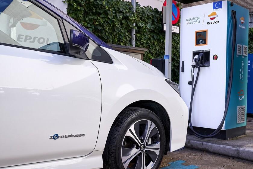 Así es la nueva etiqueta que llevarán todos los vehículos eléctricos e híbridos enchufables nuevos desde el mes de marzo