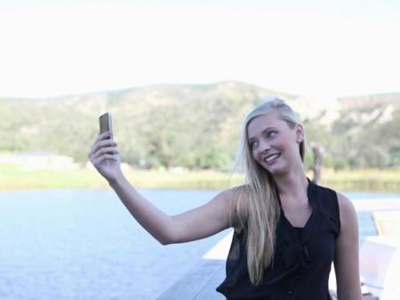 sev-blonde-girl-taking-a-selfie-de.jpg