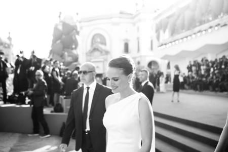 Natalie Portman está embarazada otra vez. Nos lo deja claro con este precioso Dior en el Festival Venecia