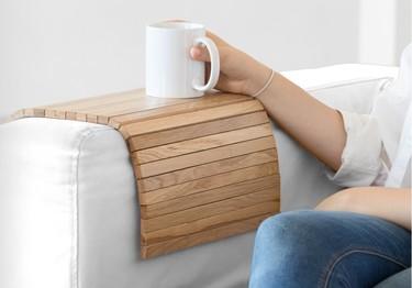 ¡Bonito y funcional! Una bandeja que se adapta al sofá