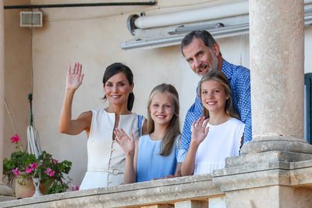 Los reyes y sus hijas protagonizan la postal del verano: los cuatro perfectamente combinados de azul y blanco