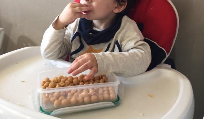 Muestra en Twitter una foto de su hijo desayunando garbanzos y le llueven las críticas