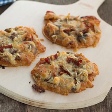 Mini pizzas de bonito, jamón cocido y setas, receta para un picoteo