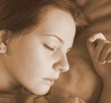 Duerme de lado para acabar con las bolsas en los ojos