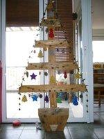 Un árbol de Navidad con palés