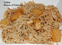Noodles con piña y cacahuete