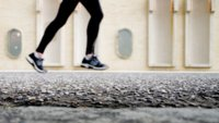 Al correr, evita la zancada larga y pesada