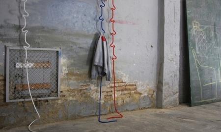 Cuerdas colgadas del techo que sirven como percheros
