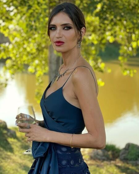 Sara Carbonero se convierte en la invitada estrella gracias a un precioso vestido midi