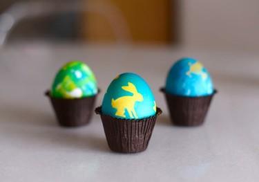 Una forma sencilla de hacer dibujos en huevos de Pascua con colorante
