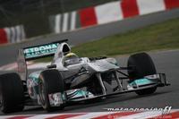 Nico Rosberg consigue el mejor tiempo en un día marcado por la lluvia