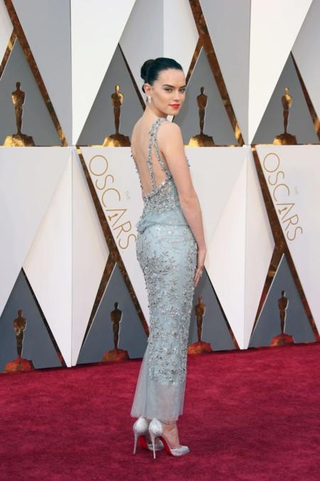La fuerza acompaña a Daisy Ridley en la alfombra roja de los Premios Oscar 2016