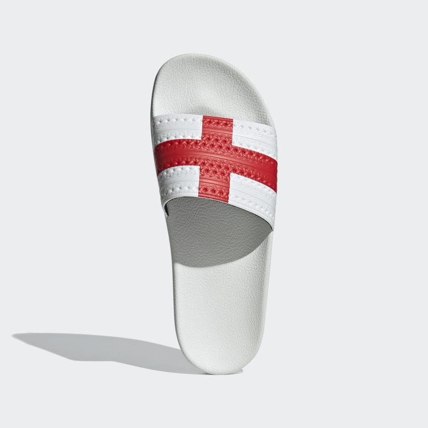 Con la bandera de Inglaterra.