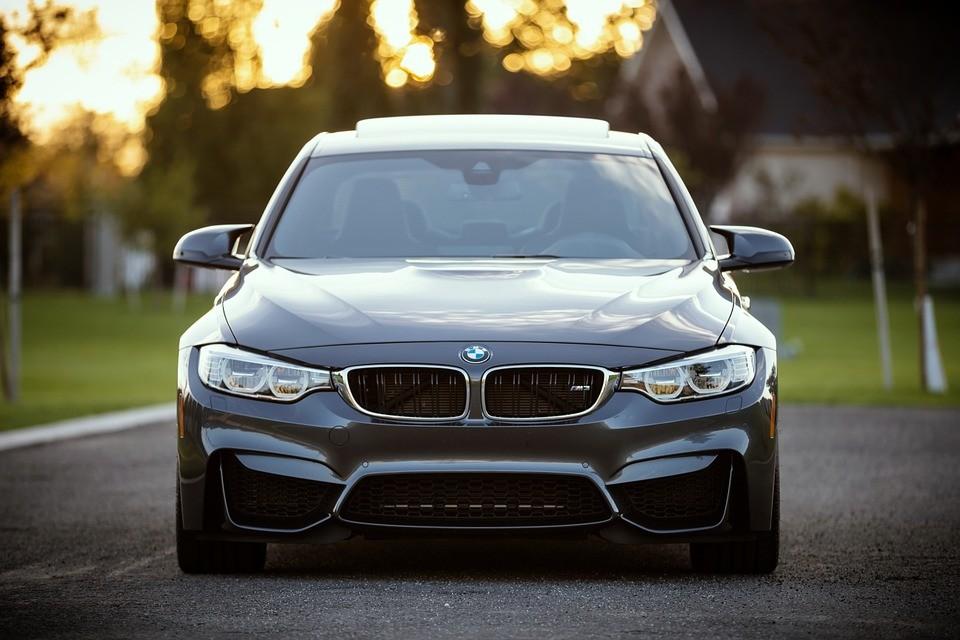Cuanto más caro es tu coche mayor es la probabilidad de que seas grosero con los demás