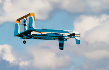 Así es el dron repartidor de Amazon: todavía poco más que humo que promete entregar paquetes en media hora