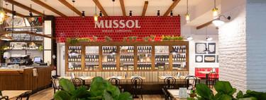 Mussol: una auténtica masía, urbana, mediterránea, en blanco, rojo y negro... Y en pleno aeropuerto