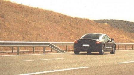 Peugeot RCZ cazado a 210 km/h por la A-12