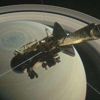 El vídeo de la primera inmersión de Cassini sobre Saturno y sus anillos